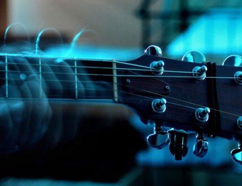 האם תנוחת נגינה נכונה בגיטרה באמת חשובה כל כך? גלו בעצמכם עכשיו